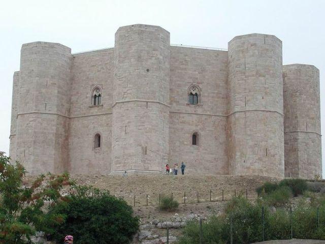 800px-Castel_del_monte3